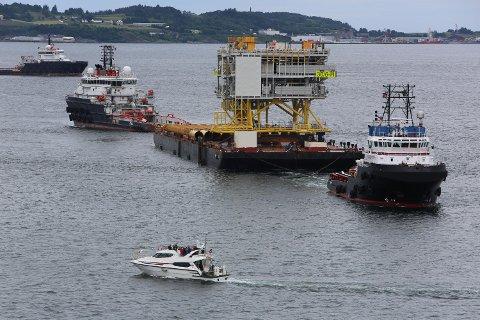 Oseberg H på vei ut Åmøyfjorden. I helgen ble porduksjonen satt i gang. FOTO: EQUINOR