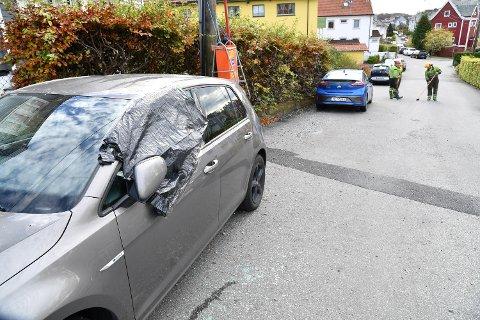 Flere biler fikk rutene knust.