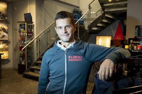 Brede Birkeland (42) overtok butikken i Småstrandgaten i 2010 – fra familien som har eid Platou sport siden 1918. Birkeland hadde selv lang fartstid i Platou sport – blant annet som daglig leder.