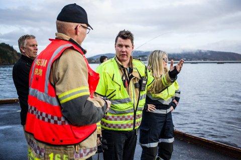 AKSJON: Lindås, Meland og Modalen brann og redning rykket ut med flere bilder og brannbåten Melibra til Frekhaug kai.