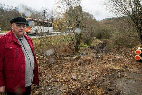 Ture Andersen er rasende på Meland kommune, som han mener har tatt seg til rette på eiendommen hans på Holme.