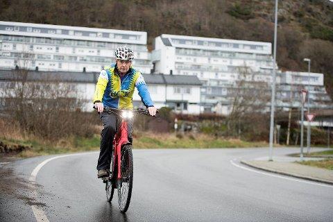 Jan Henry Johnsen må ut i bilveien for å kunne sykle lovlig med elsykkelen sin. Det liker han dårlig.
