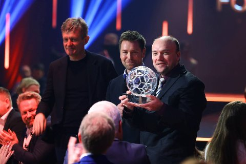 Alexander Osdal (t.h.) mottok prisen for Årets supporterhistorie under Fotball festen 2018. Her er han sammen med Lars Arne Nilsen og TV-reporter Kristian Oma. (Foto: Ørn E. Borgen / NTB scanpix)