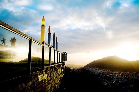 Når du får de rette kveldene med det riktige lyset, kommer de fire adventslysene på Fløytrappen til sin rett.(Foto: EMIL WEATHERHEAD BREISTEIN)