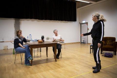 Iren Reppen og Marianne Nielsen spiller i «Våre barn». Marie Blokhus (til høyre) regidebuterer i samme stykke.