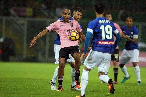 Palermo og Aitam Aleesami (t.v.) topper Serie B før fredagens kamp mot Benevento.  (Corrado Lannino/ANSA via AP)