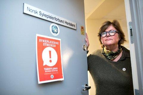 Fylkesleder i NSF er rasende på NHO. Hun mener de skyver syke pasienter foran seg for å oppnå tvungen lønnsnemnd.