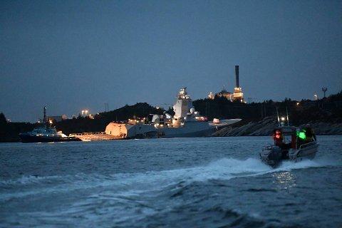 Fregatten KNM Helge Ingstad havnet inntil land etter kollisjonen.