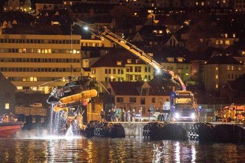 Her er helikopteret David Tang styrtet med ned i Byfjorden i mai. Han mener det er mannskapet fra redningsselskapet som uten tvil reddet livet hans.