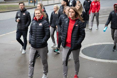 Forsvarsspillerne June Hammersland og Laila Himle kjemper om samme plass på laget.