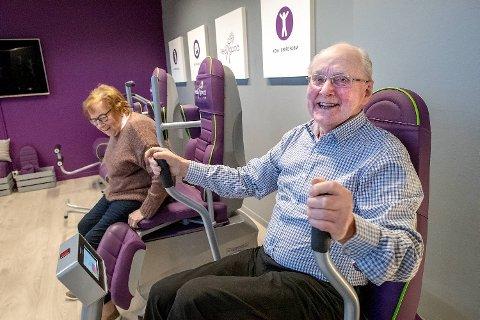 Astrid Nygaard (82) og Odd Pedersen (90) får kjørt seg på styrkeapparatene.