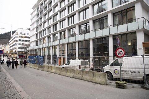I samme bygg som Hotel Norge, med utgang mot Torggaten, åpner Bergens første Jamie Oliver-restaurant på vårparten. I lokalene var det tidligere en frisørsalong og kontorer.