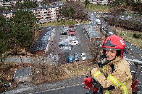 Mia Iden Hellesen (30) oppe i den 32 meter høye liften på stigebilen ved Åsane brannstasjon. Den må testes med jevne mellomrom.