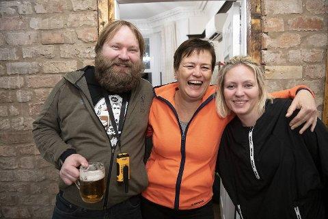 Tage og Kamilla Herstad fra Florø hadde ideen om å drive hotell og pub i Liverpool. Kristin Hope fra Bergen (i midten) er en av flere investorer i prosjektet.