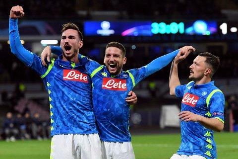 Dries Mertens (midten) feirer sammen med Fabian Ruiz og Mario Rui etter å ha scoret mot Røde Stjerne hjemme i Napoli i Champions League.  (Ciro Fusco/ANSA via AP)