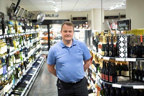 Vinmonopolets butikksjef, John Eirik Tetlie (45), håper på åpne fjelloverganger, så polvarene kommer frem i morgen tidlig.
