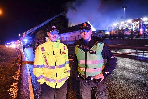 Bjørn Næs i Bergen brannvesen og innsatsleder Frank Listøl i politiet var på stedet sammen med store styrker søndag kveld.