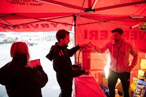 Leif Kvarme (40) og Lise Nilsen (29) fra Bergen brannvesen på kontroll av utsalgssteder for fyrerverkeri.