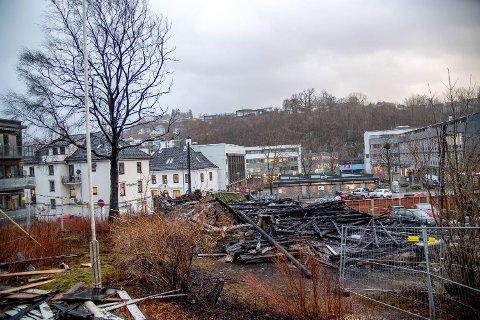Branntomten i Sundts veg på Nesttun ble sjekket av spesialtrente hunder tirsdag.