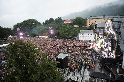 På Bergenhus festning planlegger Bane Nor en midlertidig godsterminal til nærmere 100 millioner. De vurderer å ta i bruk den nedlagte jernbanelinjen til Bontelabo, noe som vil berøre konserter på Koengen. Dette bildet er fra fjorårets Robbie Williams-konsert.