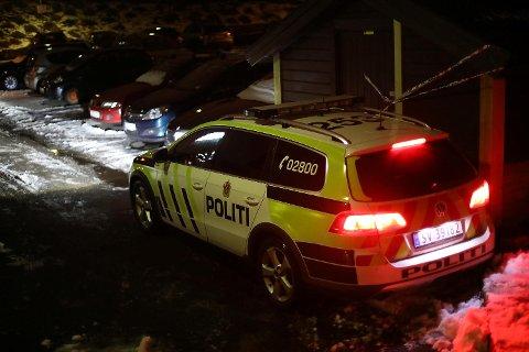 Politiet har sperret av et bossrom utenfor bygget der personen ble funnet død.