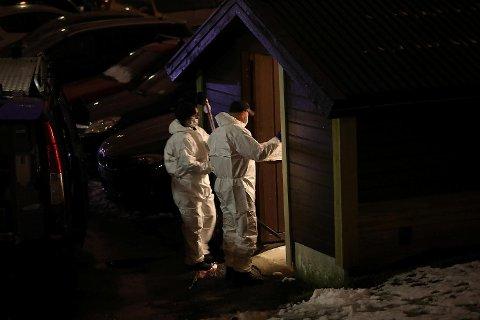 Krimteknikerne tok først for seg et bosshus utenfor boligblokken.
