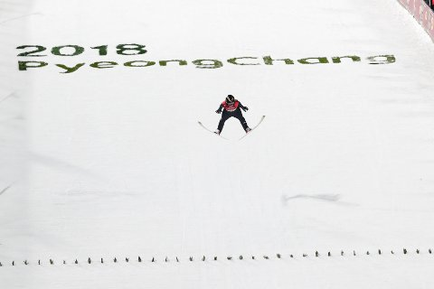 Maren Lundby svevde ned til det edleste metallet i kvinnenes OL-hopprenn i Sør-Korea mandag.