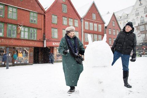 Ekteparet Cynthia og Mike Burns fra Florida koste seg i snøen på Bryggen mandag formiddag. De har reist til Norge for å oppleve nordlyset, og neste stopp etter Bergen er Tromsø.