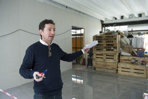 Stefano Tavassi eier de tre restaurantene i Gågaten som til sammen har fått 300.000 kroner i tvangsmulkt av Arbeidstilsynet. Han sier at han ikke har fått opplyst det samme beløpet.