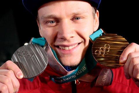 Håvard Holmefjord Lorentzen med sølvmedaljen etter 1000 meter skøyter i Gangneung Oval fredag og gullet fra 500-meteren mandag. (Foto: Lise Åserud / NTB scanpix)