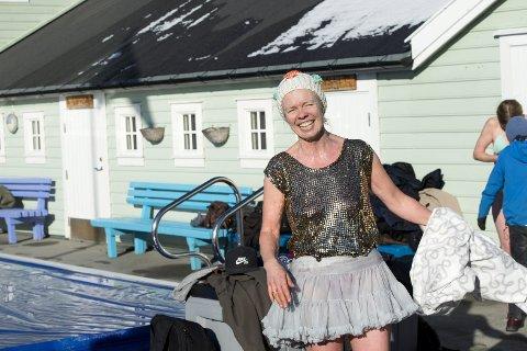 : – Jeg har aldri badet om vinteren før, men det gikk bra. Det var ikke så ille som jeg hadde trodd, sier Marianne Rå.