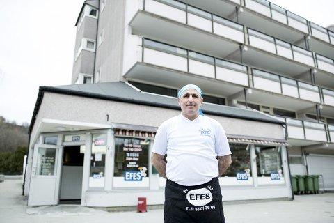 Hussein Dagvedir, innehaver av Efes Pizza på Flaktveit, er redd han må si opp ansatte i tiden som kommer.