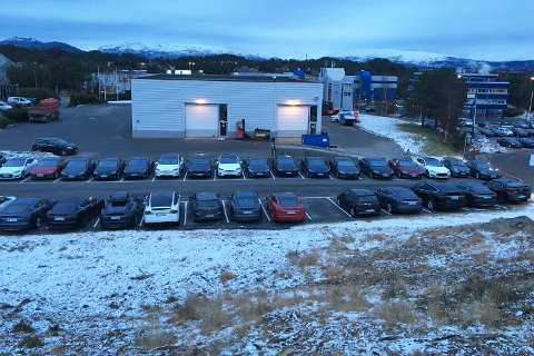 Tidlig i februar sto Teslaene på rekke og rad på Kokstad. Nå skal servicekapasiteten utvides.
