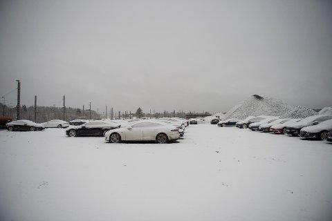 På en parkeringsplass ved bybanedepotet i Flyplassveien står det omkring 40 Teslaer parkert. Flere BA har snakket med har eller har hatt bilen sin stående her i lang tid.