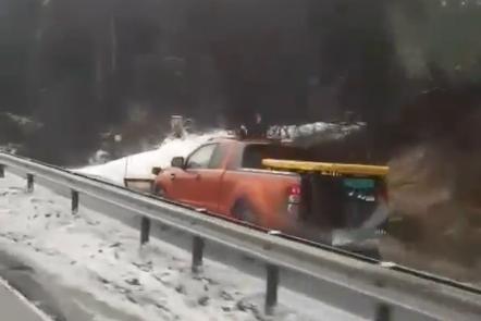 Her dundrer brøytebilen av gårde på gangeveien. Kjøringen ble filmet av en bilist med mobiltelefon.