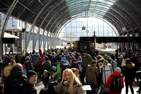 Slik så det ut på jernbanestasjonen like før klokken 1200 onsdag. Bergensbanen var akkurat i ferd med å ta med seg påsketuristene til fjells.
