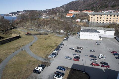 Her på Koengen vil det i fire-fem år bli godslevering. Bane Nor mister sin godsterminal på Minde, og har ikke plass på Nygårdstangen til å ta i mot bilene som kommer østfra. FOTO: ARNE RISTESUND