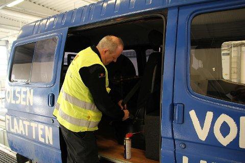 Lars Harald Drange, inspektøre i Statens vegvesen, ga ungdommene i russebilen «Aud» litt ekstra service. Her fikser han en treg setebeltelås.