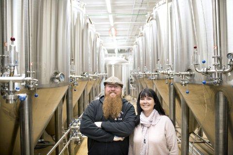 Bryggerisjef Ørjan Setvik og daglig leder Monica Aasen har hårete mål for det nye bryggeriet.