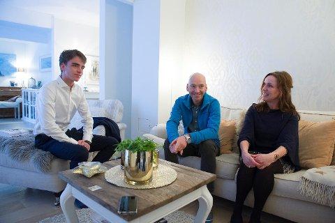 Axel, Peter Emil og Marianne Eikner hjemme i huset deres i Fana.