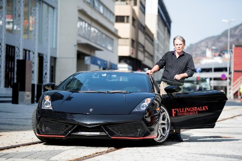 Kjørelærer Eirik Kråkevik kjøpte en Lamborghini for å bruke den som skolebil. Slik gikk det ikke. Biler med kun to seter kan ikke brukes til opplæring.