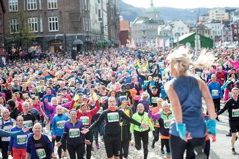 Det var folksomt under oppvarmingen på Bryggen i fjor, og det blir enda tettere i år!