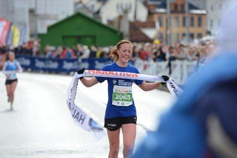 Eli Anne Dvergsdal løper inn til seier, flere minutter foran nærmeste konkurrent.