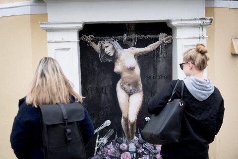 Bildet av en korsfestet Sylvi Listhaug fikk massiv oppmerksomhet.