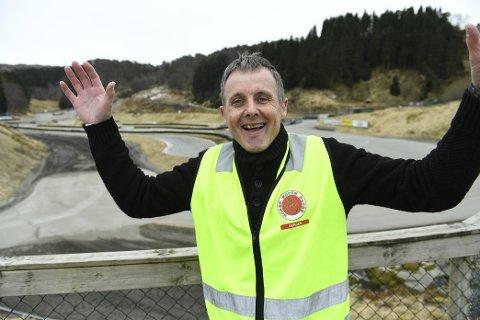 Trond Madsen jubler for at motorsportbanen på Eikås kan leve videre.