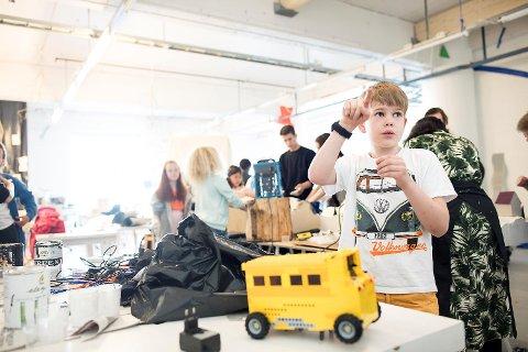 Hans Salbu Dawson (10) er en av 63 elever ved Hellen skole som i den siste tiden har fått boltre seg i fantasiens verden. Etter hvert skal kunstprosjektet de er med på resultere i en utstilling på Røde Kors sykehjem i Bergen.