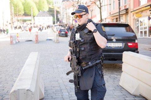 Politiet vil enkelte steder bære våpen på 17. mai. Dette bildet er fra fjorårets feiring. Også i år vil det bli satt opp betongblokker for å hindre innkjøring i folksomme områder.