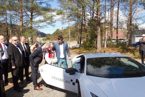 – Dette var rått. Jeg hadde aldri forventet at noe så kult kunne skje, sier Amalie Rongved til Avisa Nordhordland. Her blir hun overrasket med en Lamborghini på konfirmasjonsdagen.