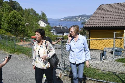 Kommunaldirektør Trine Samuelsberg (t.v) og styrer i barnehagen, Elin Nepstad.