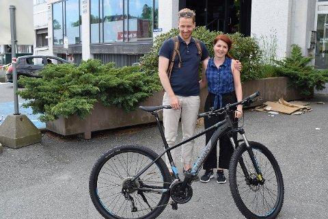 Tom Hiis Bergh og Jeanett Nævdal smiler etter en fin overlevering.